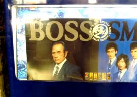 Tommy Lee Jones menjual kopi Boss bersama boy band SMAP. (Credit: Tim Hornyak / CNET)