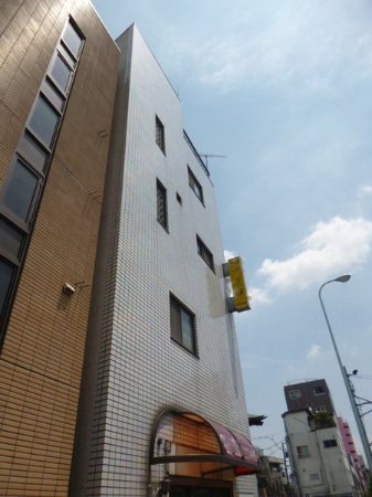 incredibly-narrow-house-up-for-sale-in-tokyo