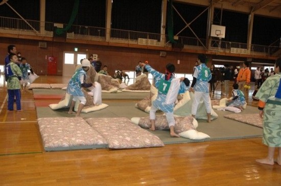 pillow-fighting-Japan-550x364