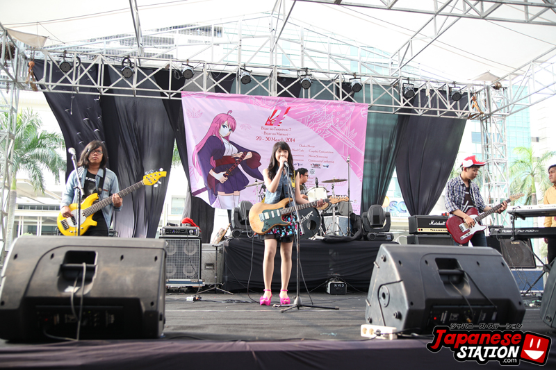03 Manda and band perform