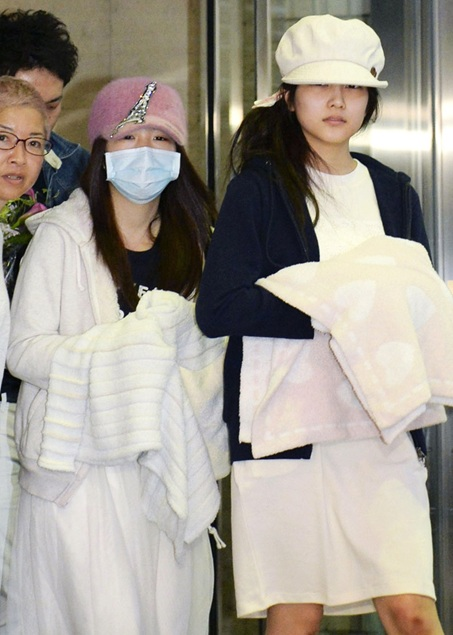 Rina-Kawaei-and-Anna-Iriyama-Discharged-from-Hospital-Following-Handshake-Event-Attack-4