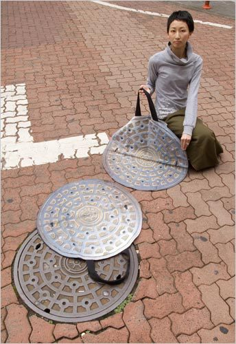 purse-that-can-hide-your-valuables-by-unfolding-to-look-like-a-round-sewer-cover