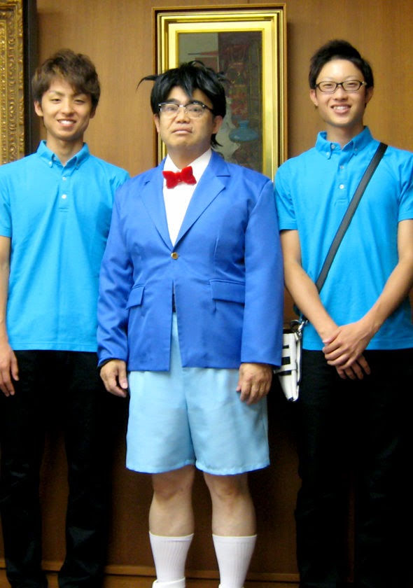 Aichi Governor cosplaying as Detective Conan (2)