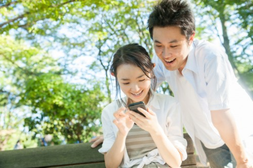 foto: http://www.gettyimages.com/detail/photo/japanese-couple-watcing-a-smartphone-royalty-free-image/159341211