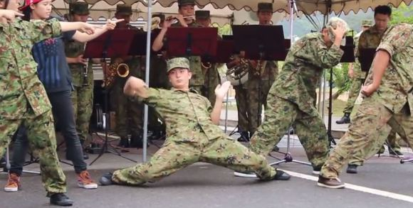 Band Militer Japan Self-Defense Force Breakdance & Memainkan Lagu Hatsune Miku