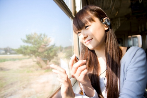 Foto: http://cache1.asset-cache.net/gc/84906793-girl-listening-to-the-music-on-a-train-gettyimages.jpg?v=1&c=IWSAsset&k=2&d=IanGVaITbKfDLjvdWuf3VzwdD2Z5NBA52DhFymPu0Tc%3D