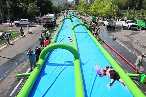 Perosotan sepanjang 300 meter di tengah kota (Slide the City Japan)